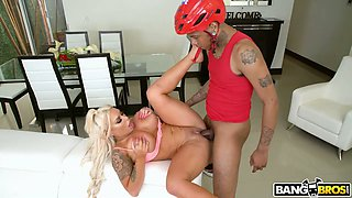 Sporty curvaceous sexpot Brandi Bae is busy with working on fat BBC
