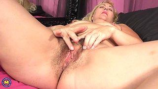 horny cougar seducing men through erotic webcam shows