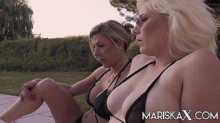 MARISKAX Threesome fun on the lawn
