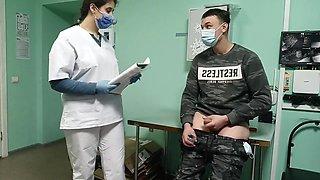 Sygeplejersken Hjælper Donoren Med At Donere Sæd I Bagrummet