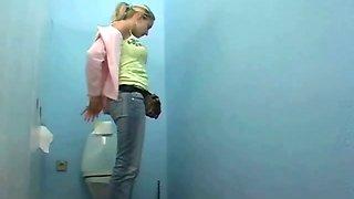 Quick toilet fuck