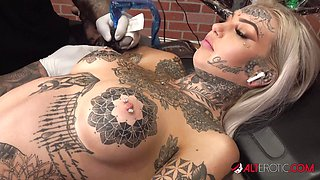 Blonde Amber Luke masturbates while getting tattooed