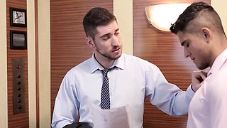 Tattooed office hunk assfucking in elevator