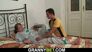 Old mature spreads legs for young stranger