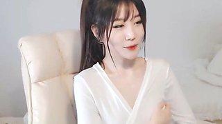 Korean sensual camgirl showing her body
