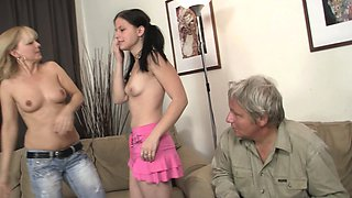 Teen girl start family threesome game