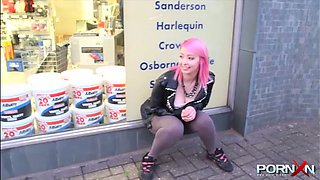 Kinky pink haired emo girlie in tight yoga pants pisses outdoors for dude