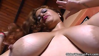 Latina BBW milf Rosaly vibrates her clit with a massager