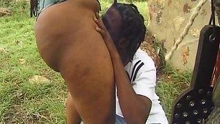 Wonderful ebony beauty gets her wet hole stuffed outdoors