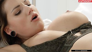 Hot ass blonde babe Jolee Love moans during passionate fucking