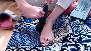 Amateur babe rubbing a dildo with her feet and masturbating