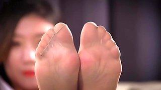 ligui pantyhose feet on sofa