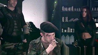 Aventurera soldado tetona chorreada en leche